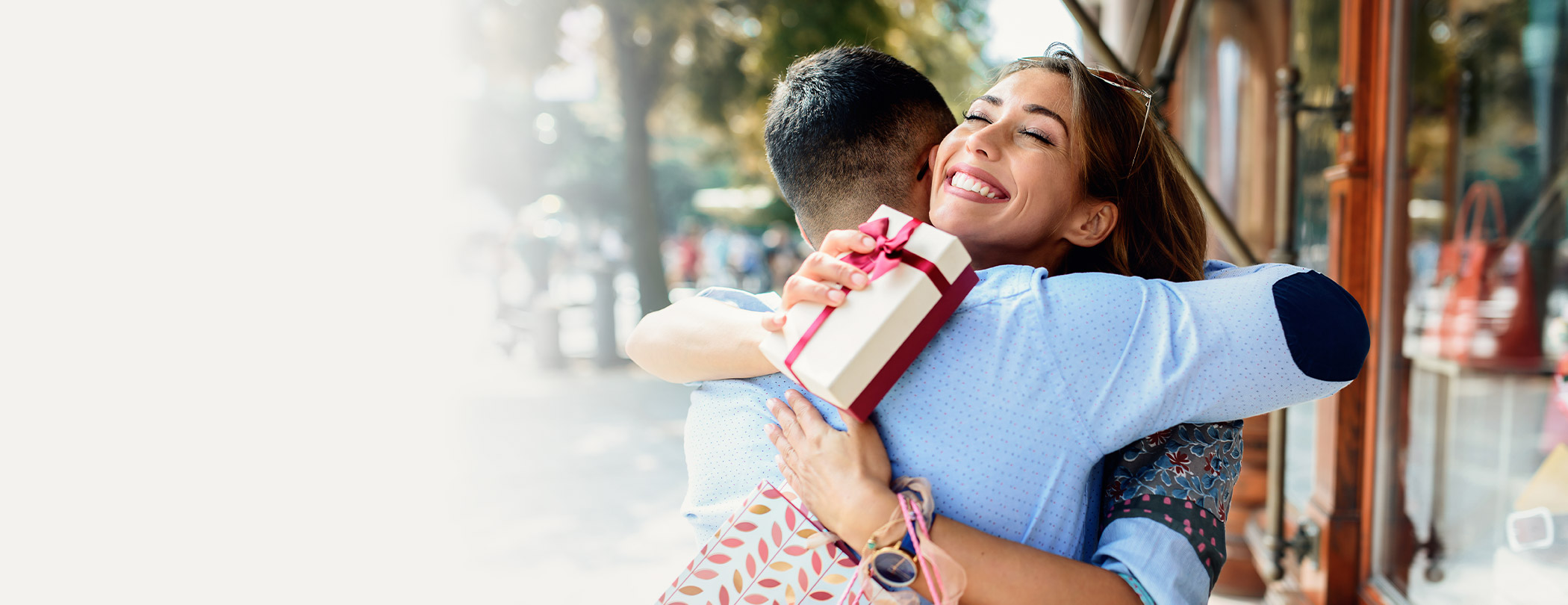 Yıldönümü ya da Sevgililer Günü için hediye ararken, halen alışveriş siteleri arasında kayboluyor musun? Artık en güzel ortamlarda değerli armağanınla mutluluklara ortak olmanın keyfini çıkarabilmek çok kolay! Çünkü biz burada farklı hediye fikirleri ile en güncel indirim kampanyalarını konuşuyoruz.