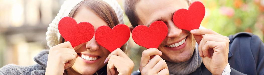 """Sevgililer Günü hediyesine karar veremeyen bir aşık mısın yoksa """"canım kendim"""" diyerek Sevgililer Günü indirimlerinden faydalanan mı? Tarafını seç! En romantik 14 Şubat hediyelerinden, yalnızlar için kendini şımartma tüyolarına kadar her şey burada!"""